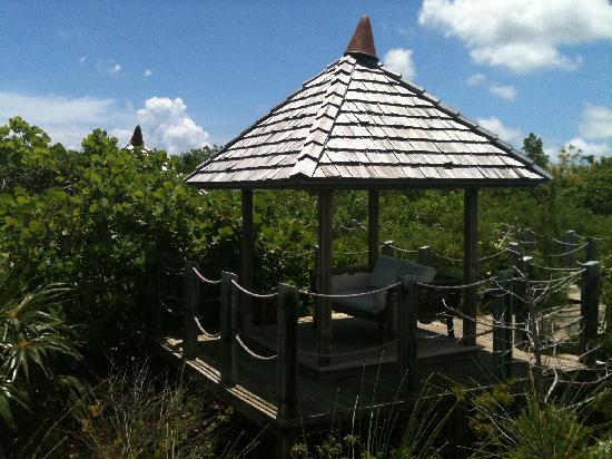 COMO Parrot Cay, Turks and Caicos: punto per riposarsi all'ombra dotato di telefono per chiamare il bar