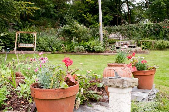 Bryn Bella Guest House: The rear Garden at Bryn Bella offers peace & quiet for your relaxation and enjoyment