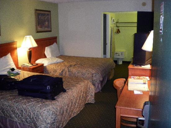 Howard Johnson Express Inn Tallahassee: Oh! Here's the room shot.