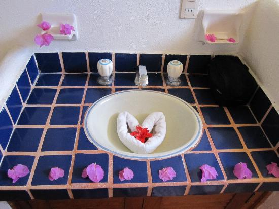 Hotel Villas Sayulita: sink decor each morning