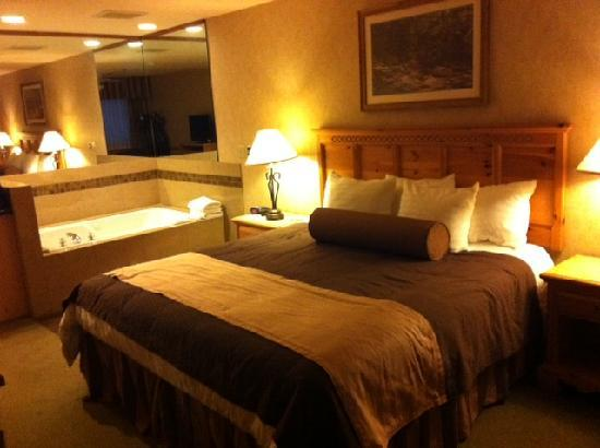 BEST WESTERN Mt. Hood Inn: Comfy bed, watch the flat scree from Tub!