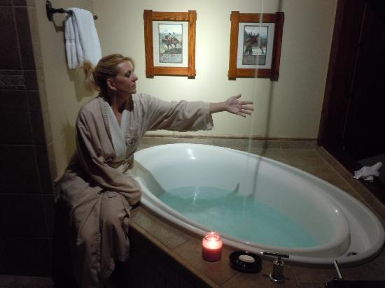 Five Pine Lodge & Spa: The luxurious bathrub