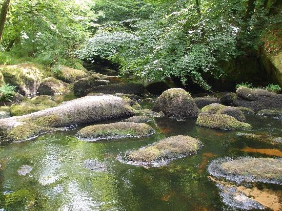 Huelgoat, Prancis: The rocks and river in the Forest of Legends
