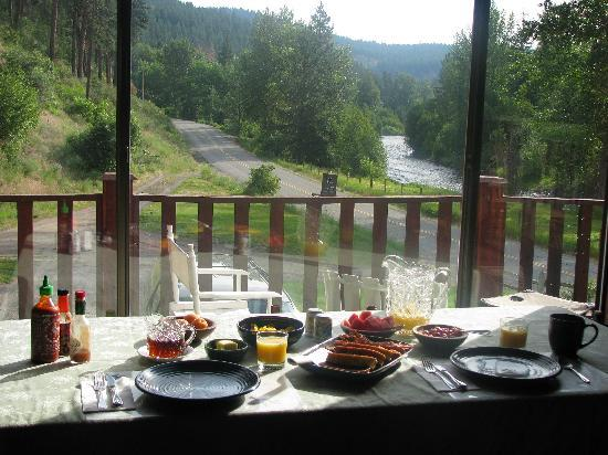 Twisp River Inn: coffee, juice, eggs, french toast/maple syrup, and fresh fruit  mmmmm