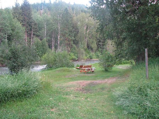Twisp River Inn: there is a hammock, chairs, a grill and horseshoes set up --the hammock was especially relaxing