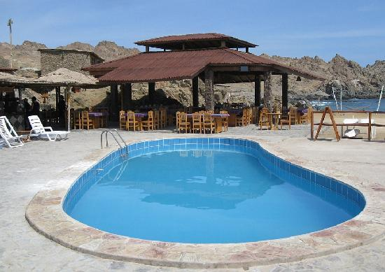 Hotel Puerto Inka: Pool area and restaurant, overlooking the bay!