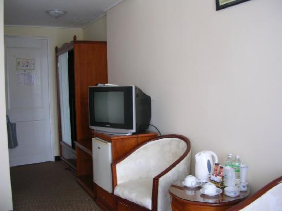 Que Huong Hotel: SALON ET RANGEMENT