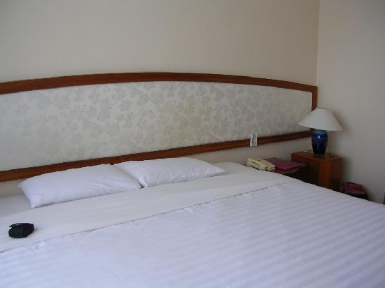 Que Huong Hotel: UN GRAND LIT