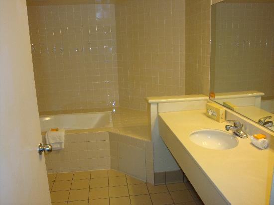 La Quinta Inn & Suites Anaheim Disneyland: bathroom
