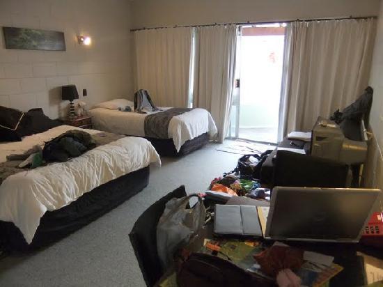 Kuirau Park Motor Lodge : 部屋のサイズも十分で手前のベッドがKING?サイズでした。