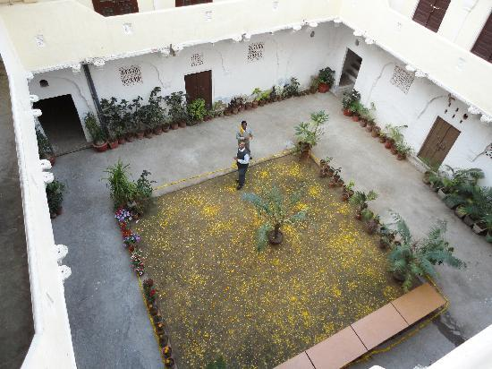Saba Haveli: Inner Courtyard been decorated with flower petals for lunch party by owner Sanjay...wonderful sm