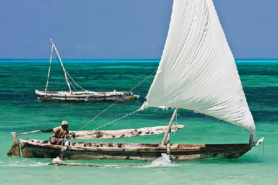 Jambiani, Tansania: Go out snorkeling on a dhow - a design that hasn't changed for centuries.