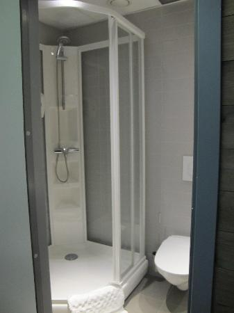 Svalbard Hotell: Bathroom with showercabinet