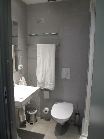 Svalbard Hotel: Bathroom with showercabinet