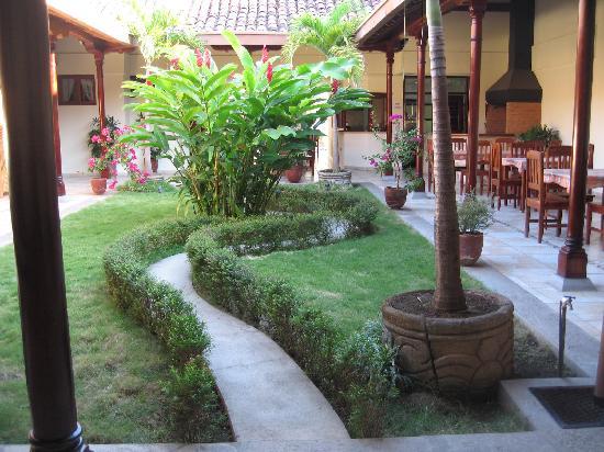 Hotel El Almirante: courtyard