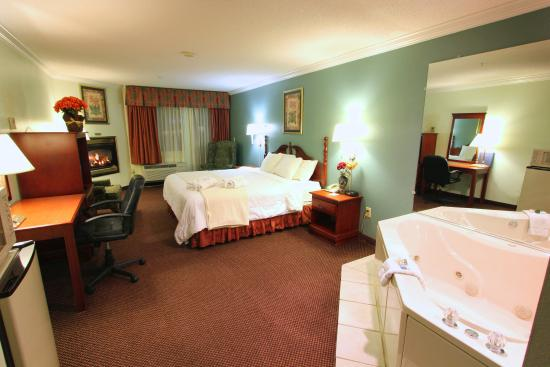 BEST WESTERN PLUS Riverpark Inn & Conference Center Alpine Helen: Jacuzzi Fireplace Balcony room with King
