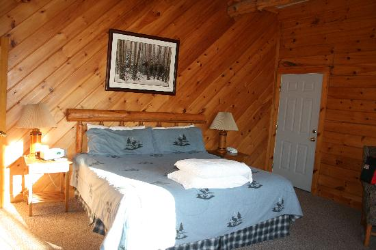 New England Inn: Beautiful comfortable bed and bedding