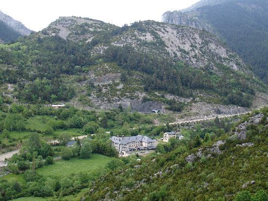 Canfranc, Spanyol: Vista del hotel desde la montaña