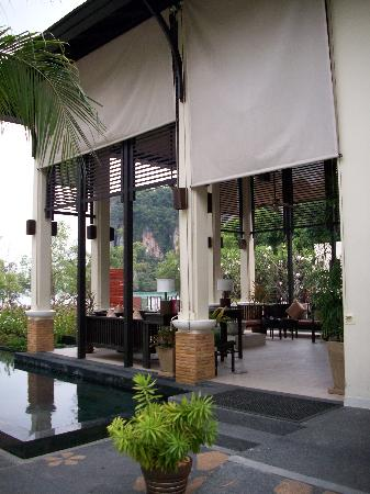 Bhu Nga Thani Resort and Spa: restaurante al lado de playa maloliente