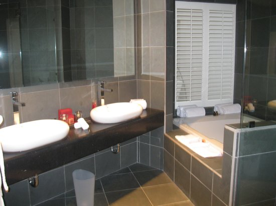 Shana By The Beach, Hotel Residence & Spa: HUGE bathroom with great shower