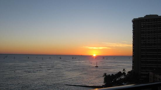Outrigger Waikiki Beach Resort: The sunset from our lanai