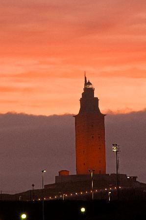 A Coruña, España: La Torre de Hercules al anochecer