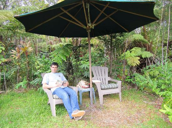 Volcano Fern Forest Retreat: Relaxing in the garden after a long Volcano Day