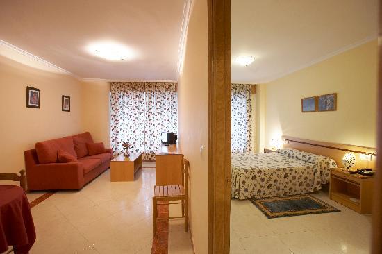 Apartamentos Val Do Naseiro: Salon y Habitacion
