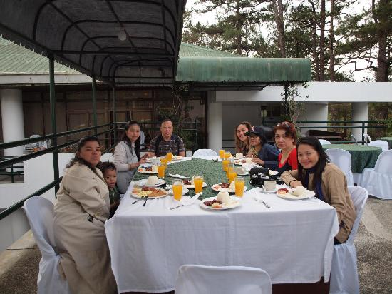 AIM Igorot Lodge: Breakfast al fresco.
