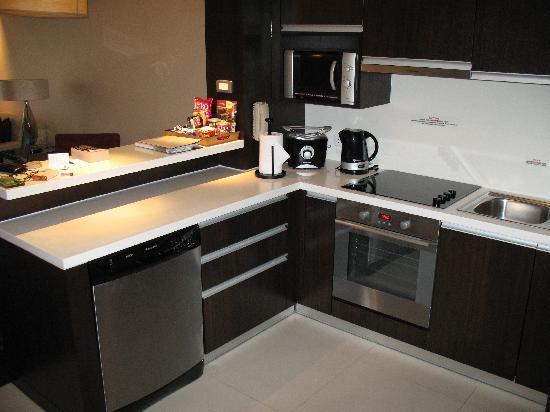 Sathorn Vista, Bangkok - Marriott Executive Apartments: Full kitchen