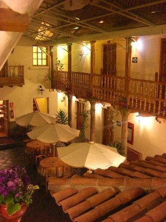 Midori Hotel: 廊下から見える中庭。屋根がついている