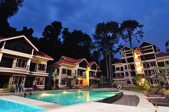 Anjungan Beach Resort: Night Time