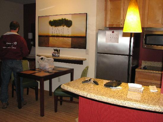 Residence Inn Phoenix NW/Surprise: looking at the lvg rm and part of kitchen