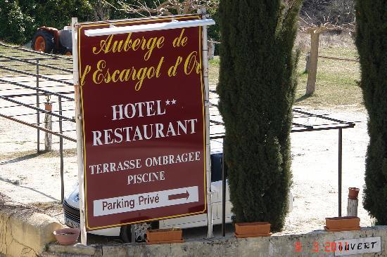 Dieulefit, Francia: le panneau indiquant l'hôtel restaurant