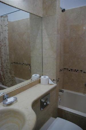 Angel Hotel: Bathroom