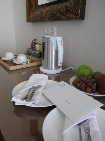 Amirandes, Grecotel Exclusive Resort: Frutta di benvenuto e bollitore per thè e caffè