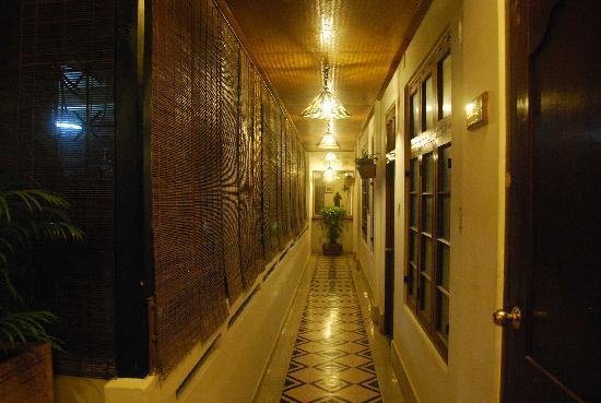 Hotel Devika: East Wing Corridor