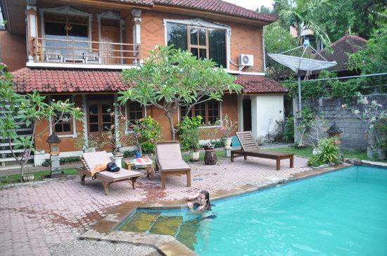 Lovina Beach Hotel: Piscine et bungalow