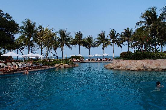 Hyatt Regency Hua Hin: Poolanlage und Strand