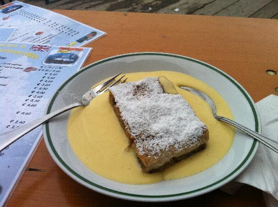 Kirchenwirt Hotel: Tasty apple struddle with vanila sauce - yummy.