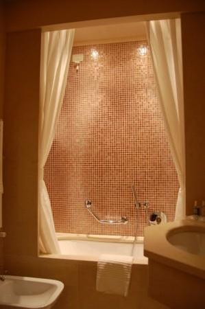 هوتل لو إيسول: bathroom