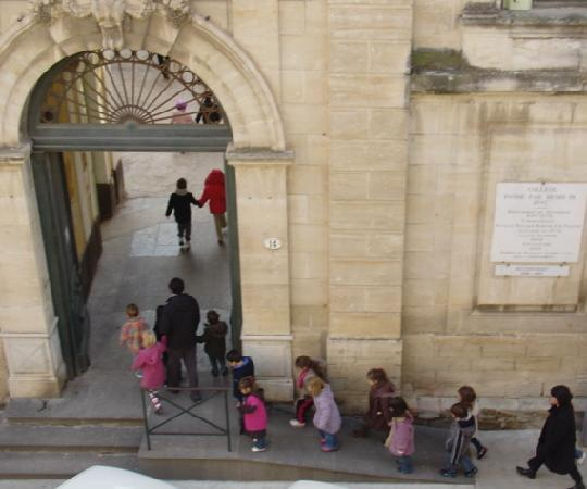 Hotel De Vigniamont: view of school kids from our window