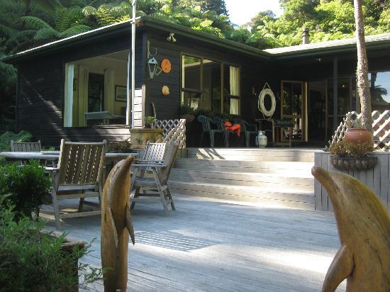 Tawa Cove Lodge/ D B&B: front deck