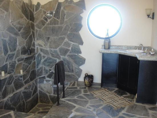 Arriba de la Roca: the beautiful bathroom in laguna