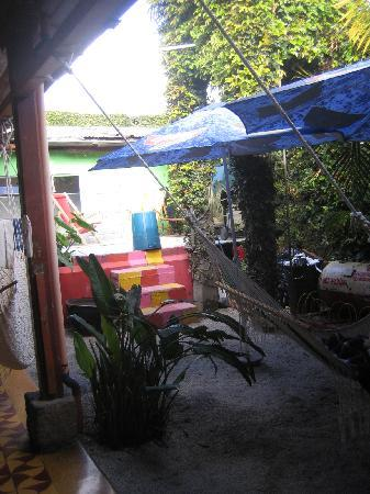 Jungle Party Hostal Club & Restaurant: Rear chilling area, get ready to meet fellow backpackers