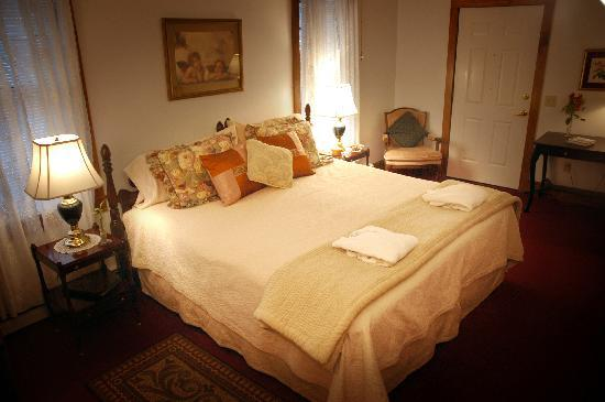 Palmer House Inn: Walt Whitman room (ADA) with a king bed and private access.