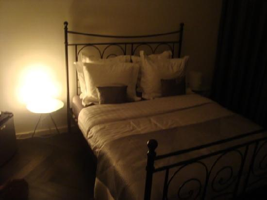 Amsterdam Boutique B&B: The room at night