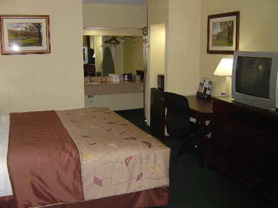 Econo Lodge: Newly renovated room w/a king size bed
