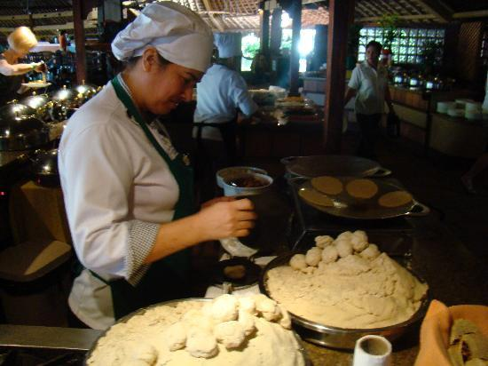 Doubletree Resort by Hilton, Central Pacific - Costa Rica: making breakfast