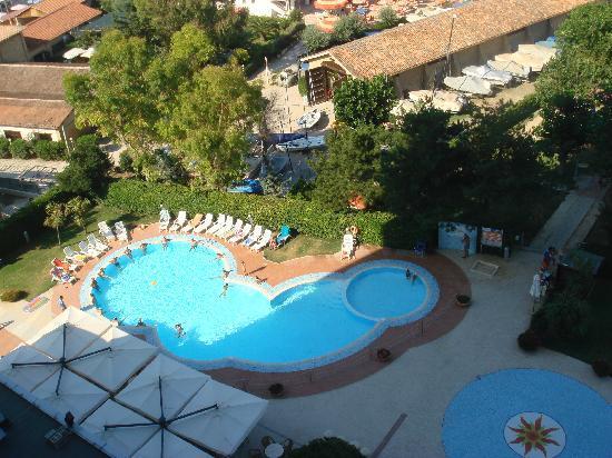 Hermitage Hotel Club & Spa: La piscina tra spiaggia e hotel